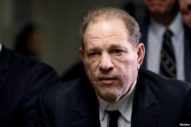 Produser Film Harvey Weinstein di Manhattan, New York, 6 Januari 2020. (REUTERS/Brendan McDermid)