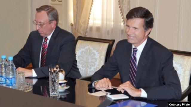 AQSh Davlat kotibi muovini Robert Bleyk Toshkentdagi elchi Jorj Krol bilan, 15-avgust, 2012. O'zA olgan surat.