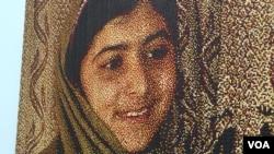 争取受教育权利的巴基斯坦女孩马拉拉的滴腊画像(美国之音记者国符拍摄)