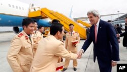 존 케리 미국 국무장관이 13일 베트남 하노이 공항에 도착했다.