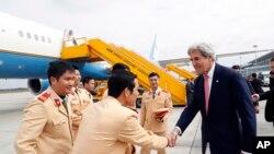 លោក John Kerry ពេលមកដល់ព្រលានយន្តហោះនៅទីក្រុងហាណូយ ប្រទេសវៀតណាម កាលពីថ្ងៃទី១៣ ខែមករា។