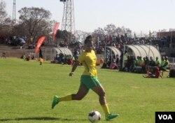 Umdlali weqembu leZimbabwe enkundleni yeBarbourfields Stadium koBulawayo.