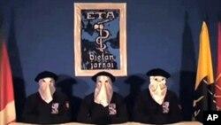 Foto yang diambil dari website Gara yang menampilkan anggota bersenjata Basque ETA yang mendeklarasikan genjatan senjata pada 5/9/2010 di Guernica, Spanyol Utara.