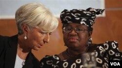 Chèf FMI an, Christine Lagarde ak minis finans nijerya a Ngozi Okonjo-Iweala nan Lagos, Nigeria (AP Photo/Sunday Alamba)