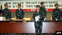 Thành viên của Mặt trận Giải phóng Nhân dân Bắc Triều Tiên đọc thỉnh nguyện thư trước khi nộp lên Bộ quốc phòng Nam Triều Tiên