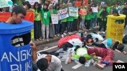 Para aktivis pecinta lingkungan di kota Surabaya melakukan aksi teatrikal dengan tema: Selamatkan Bumi dengan Kurangi Sampah Plastik dan Air Minum Kemasan (2/2).