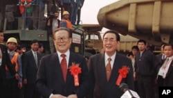 1997年11月8日,三峡工程大江截流成功,中国主席江泽民和总理李鹏(右)在三峡工程工地祝贺职工们。