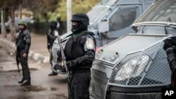 Des policiers montent la garde sur la place Tahrir, dans le quartier Haram du Caire, en Egypte, le 25 janvier 2016.