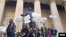 Активисты у памятника Джорджу Вашингтону на Уолл-стрит