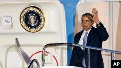 대통령 전용기 '에어포스원'에 오른 바락 오바마 미국 대통령(오른쪽). (자료사진)