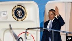 23일 일본 하네다국제공항에서 도착한 바락 오바마 미국 대통령(오른쪽)이 전용기 '에어포스원'에서 내리고 있다.