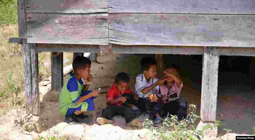 Dječak, onaj najmanji, u crvenoj košulji, pokušava liznuti posljednju kapljicu sladoleda sa bratovljevog koljena. Fotografiju je snimio gledatelj, slušatelj i čitatelj sadržaja Glasa Amerike iz Pangambatana, na sjeveru indonežanskog otoka Sumatra. (Photo by Hadengganan Sianturi submitted for VOA Photo Contest)