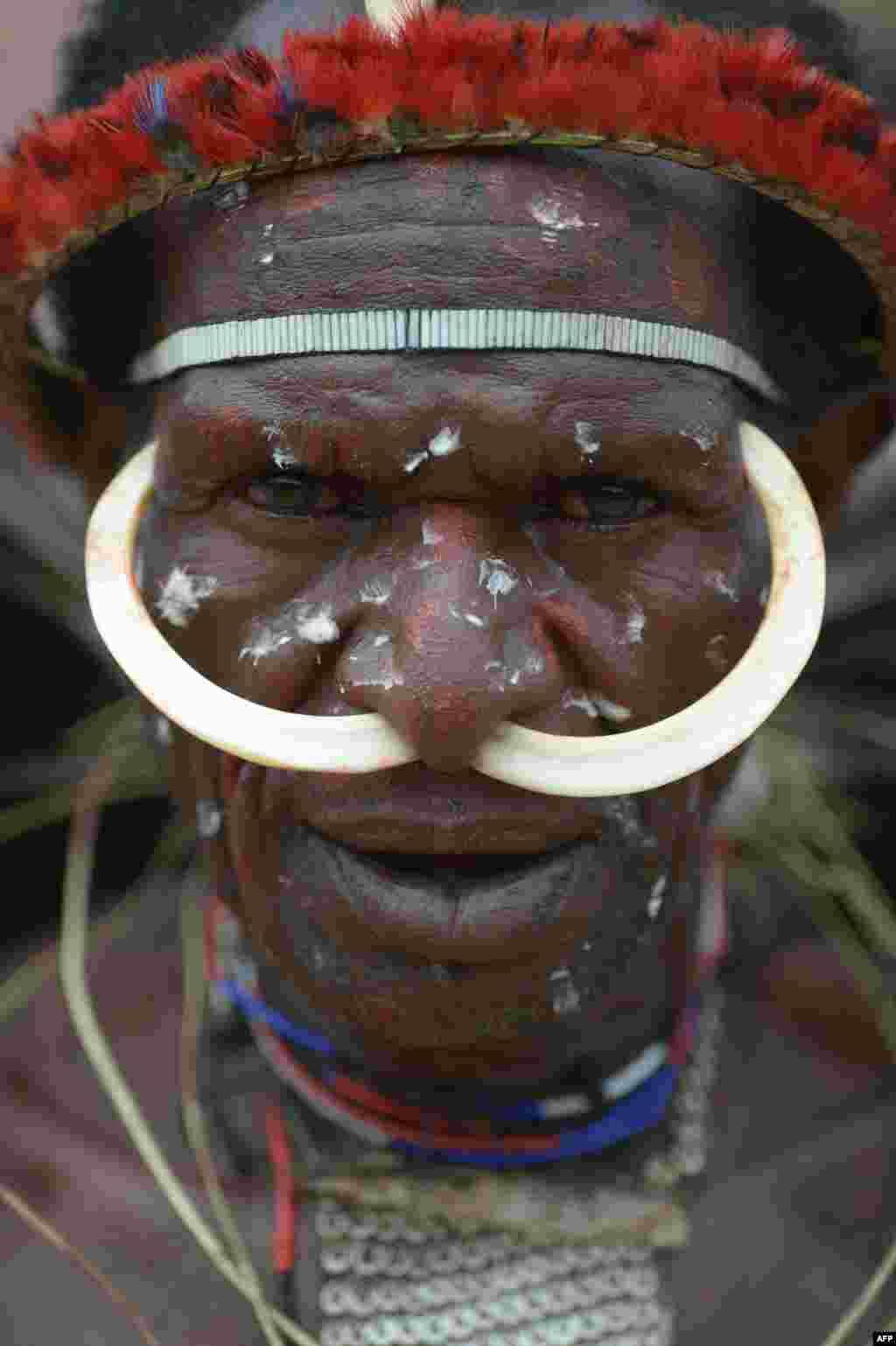 បុរសម្នាក់ពីកុលសម្ព័ន្ធ Dani ចូលរួមនៅក្នុងការសមបែបសង្រ្គាមរវាងកុលសម្ព័ន្ធមួយក្នុងសង្កាត់ Walesi ក្នុងក្រុង Wamena ខេត្ត Papua។