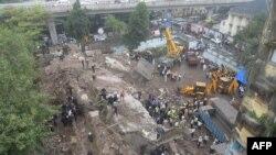 9月27日孟買附近一座五層公寓樓倒塌﹐救援人員正在搶救中。
