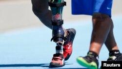 Le Sud-africain Tyrone Pillay à gauche, marche pour gagner la médaille de bronze au lancer du poids, à Rio de Janeiro, Brésil, le 12 septembre 2016.