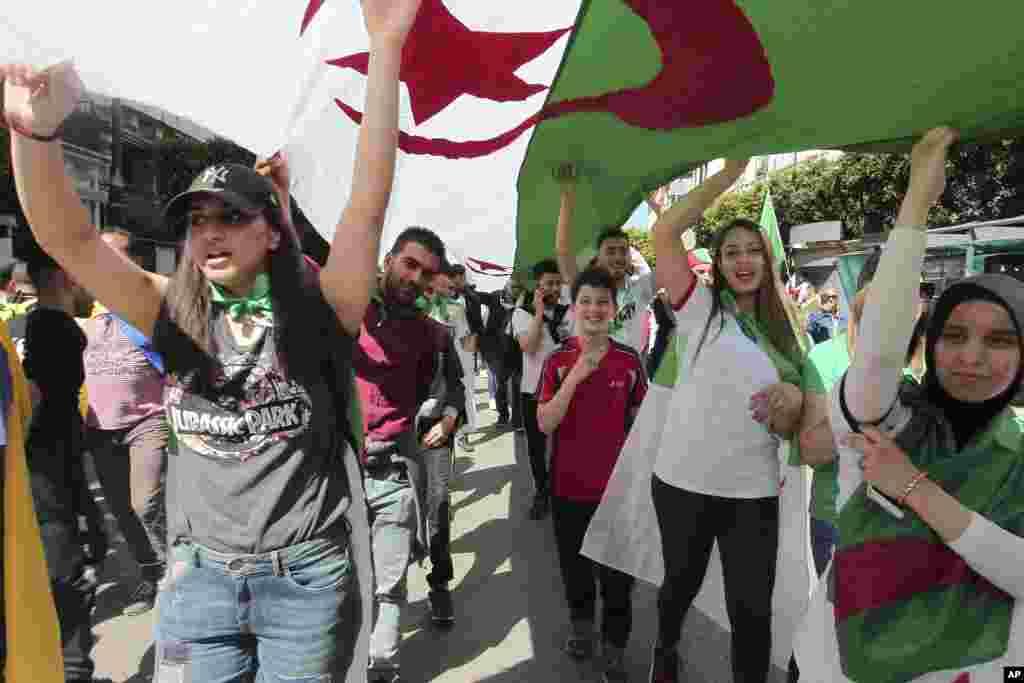 معترضان در شهر «برج بو عریریج» در شمال الجزایر، در دهمین هفته اعتراضات.
