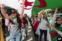 Para perempuan ikut serta dalam protes anti pemerintah di Algiers, Aljazair.