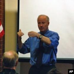 美國眾議員考夫曼在選民市鎮大會上講話(資料圖片)