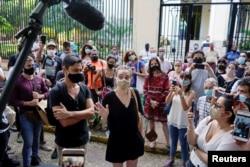 Jóvenes se reúnen frente al Ministerio de Cultura para solidarizarse con los artistas disidentes y exigir un diálogo sobre los límites a la libertad de expresión. La Habana, Cuba, el 27 de noviembre de 2020.