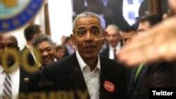 باراک اوباما برای حضور در هیأت منصفه که یک وظیفه شهروندی در آمریکاست در دادگاه شیکاگو حاضر می شود