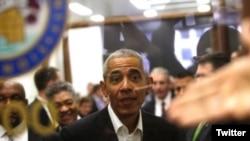 Sabiq prezident Obama Çikaqoda məhkəmədə jüri üzvlüyü növbəsinə çağrılarkən. ABŞ vətəndaşları üçün məhkəmə ənənəsinə əsasən jüri üzvü qismində məhkəmədə xidmət etmək vətəndaş məsuliyyətlərindən biridir.