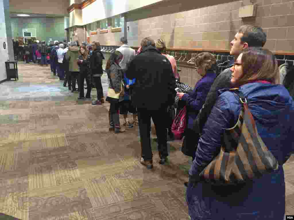 Democrats line up to enter into their caucus site in West Des Moines, Iowa, Feb. 1, 2016. (K. Farabaugh/VOA)
