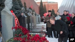 Communist party leader Gennady Zyuganov places flowers on Stalin's grave in Red Square, outside the Kremlin wall, Moscow, March 5, 2013.