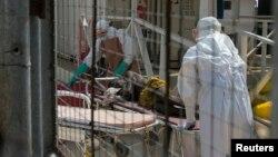 Petugas kesehatan membawa seorang pasien baru ebola di Freetown, Sierra Leone (foto: dok).