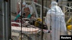 Petugas kesehatan menerima pasien baru Ebola di Freetown, Sierra Leone (foto: dok).