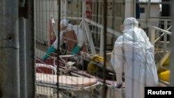 Un travailleur de la santé en Sierra Leone (Reuters)