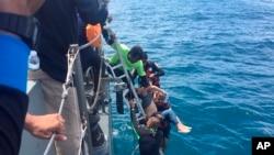 2018年7月6日,在泰国普吉岛的搜索行动中 ,橡皮筏上的潜水员捞出一个人。