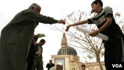 Seorang anak laki-laki menjual poster Islami di masjid Um al-Qura di Baghdad (foto: dok). Serangan bunuh diri di masjid Suni di Baghdad ini menewaskan sedikitnya 28 orang (28/8).