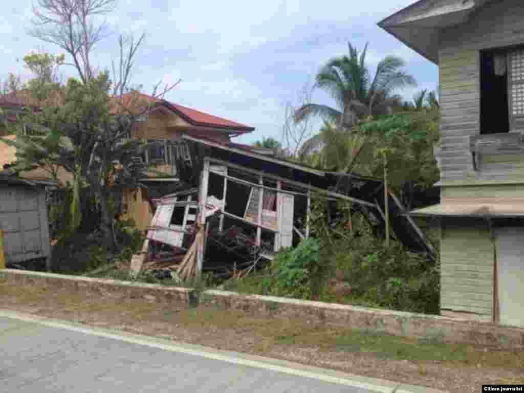 Varias casas resultaron destruidas a lo largo de la costa de Bohol, en Filipinas este martes 15 de octubre de 2013. (Foto cortesía de Robert Michael Poole)