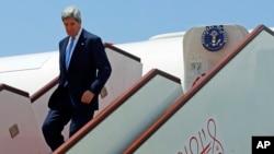 Menlu AS John Kerry menuruni tangga pesawatnya setibanya di Muscat, Oman (21/5). Hari ini, Menlu AS John Kerry dijadwalkan akan bertemu dengan diplomat tertinggi dari 10 negara Sahabat Suriah di Yordania untuk membahas rencana konferensi perdamaian untuk Suriah.