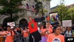 Người biểu tình ủng hộ DACA trước Khách sạn Quốc tế của ông Trump ở thủ đô Washington.