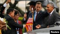 El presidente de Laos, Bounnhang Vorachith, recibe al presidente Barack Obama en el Palacio Presidencial en Vientián.