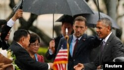 Barack Obama recebido pelo Presidente do Laos, Bounnhang Vorachit, no Palácio Presidencial de Vientiane, 6 Set.