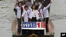 被推翻的泰国前总理他信的妹妹英禄.西那瓦6月30日向支持者致意