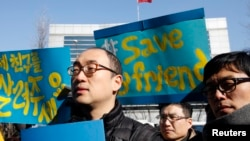Activists attend a rally held to demand China not to send a group of North Korean defectors back to the North, near the Chinese embassy in Seoul. (File)