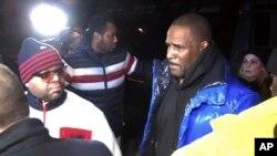 Pevač Ar Keli predaje se policiji u Čikagu