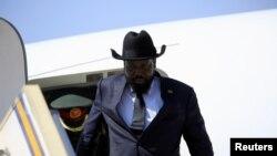 Shugaban Sudan ta Kudu Silva Kiir yayinda yake sauka a Addis Ababa babban birnin Ethiopia