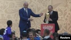Tổng thống Nga Vladimir Putin (phải) và Chủ tịch FIFA Gianni Infantino.