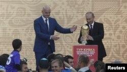 Chủ tịch Liên đoàn Bóng đá Thế giới (FIFA) Gianni Infantino (trái) và Tổng thống Nga Vladimir Putin.