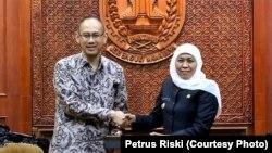 Wakil Duta Besar Indonesia untuk Amerika Serikat, Iwan Freddy Hari Susanto (kiri) bersama Gubernur Jawa Timur Khofifah Indar Parawansa di Gedung Negara Grahadi. (Foto: VOA/Petrus Riski)