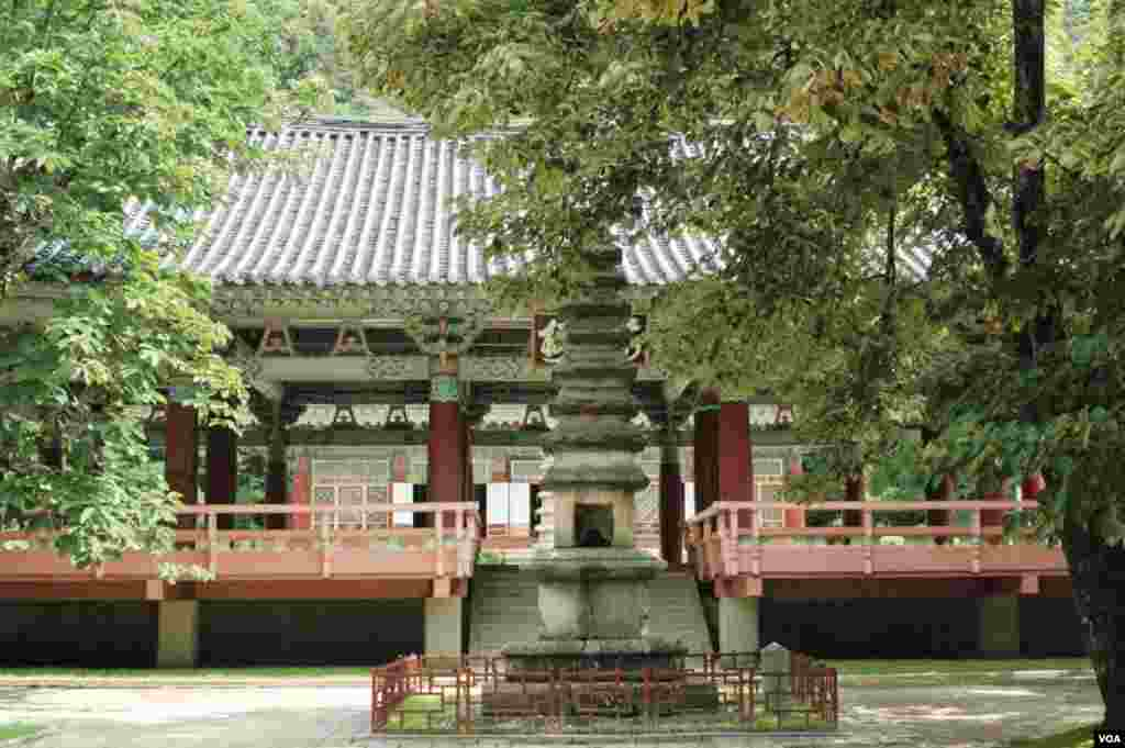 Pohyon Temple dates back to the 11th century, Hyangsan, North Korea, July 24, 2013. (Steve Herman/VOA)