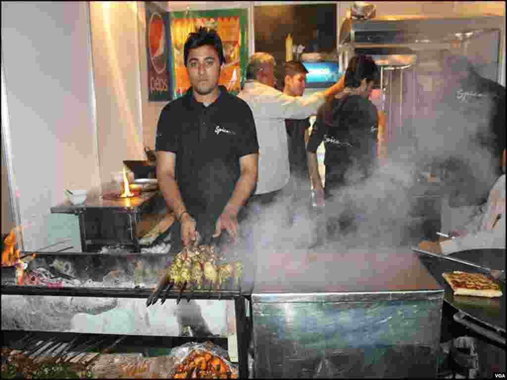 ایونٹ میں جنک فوڈ سمیت انواع و اقسام کے کھانے بناکر فروخت کئےجارہے ہیں