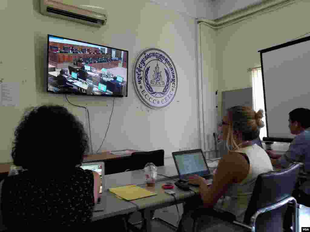 At the media room at the Extraordinary Chambers in the Courts of Cambodia (ECCC), journalists watch a live-stream of the testimony of Kaing Guek Eav, alias Duch, former Chairman of S-21 on trial in case 002/02 at UN-backed court in Phnom Penh, Tuesday, June 07, 2016. (Neou Vannarin/VOA Khmer)