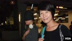 香港市民彭小姐(右)欣賞街頭行為藝術表演,讓她反思李旺陽事件