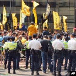 示威人士在选举会场外抗议,反对小圈子选举