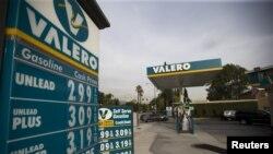 Giá tại một trạm xăng của tập đoàn năng lượng Valero ở Pasadena, California, ngày 27/10/2015.